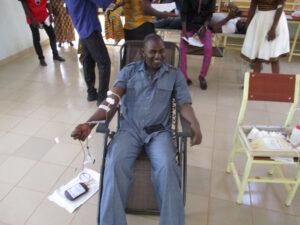 Le SG de l'UPO participant au don de sang lors des 72 heures des étudiants
