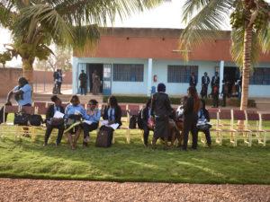 Etudiants dans la cour de l'Université